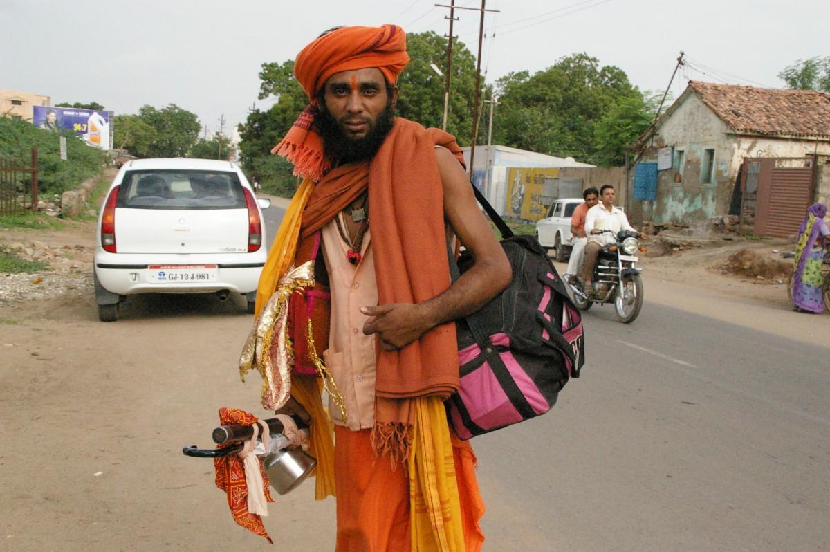 インドのサドゥー」と「一眼レフ...